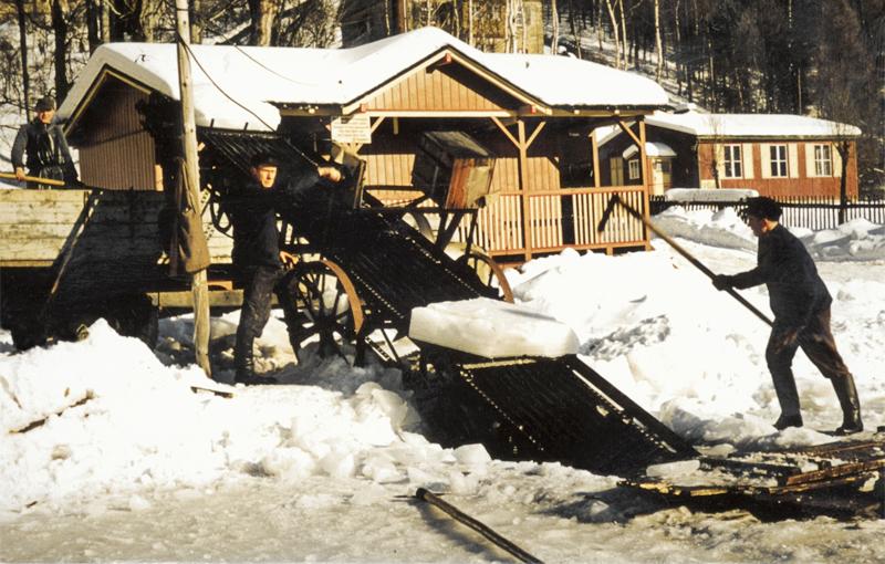 Eisernte für die Kühlung im Teich in Rechenberg